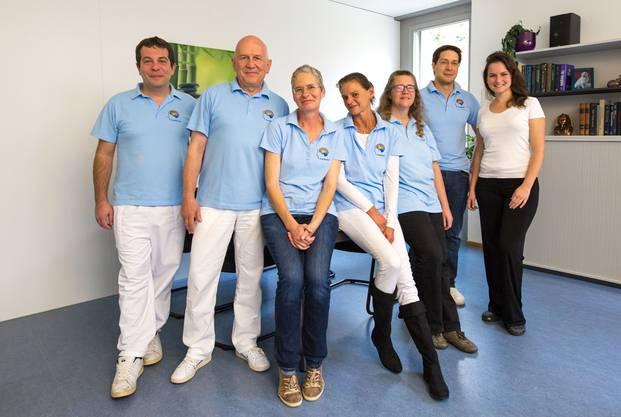 Das Team (von links): David Moser (Ingenieur), Daniel Jeanmonod (Neurochirurg und Geschäftsleiter der Sonimodul AG),Danièle Jeanmonod (Logistik und Support), Franziska Rossi (Direktionsassistentin), Tanja Thalmann (Pflegefachfrau),Marc Gallay (Neurochirurg), Roxanne Jeanmonod (Physiotherapeutin).