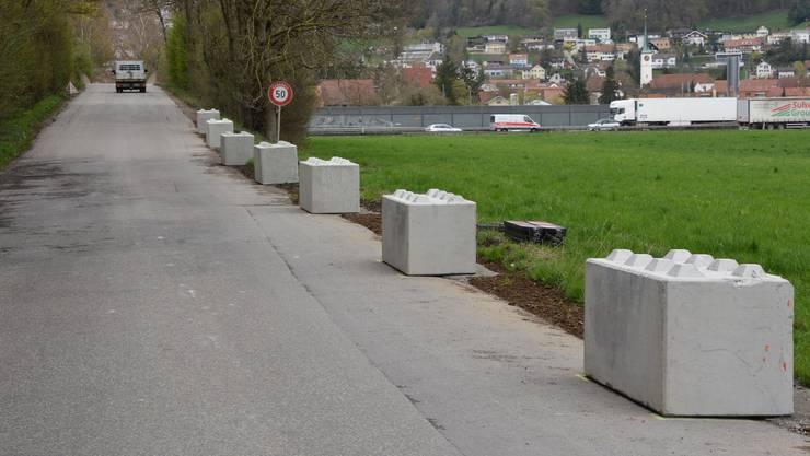 Die Lego-Betonsteine verhindern an der Breitfeldstrasse, dass Lastwagen über den Strassenrand hinausfahren.