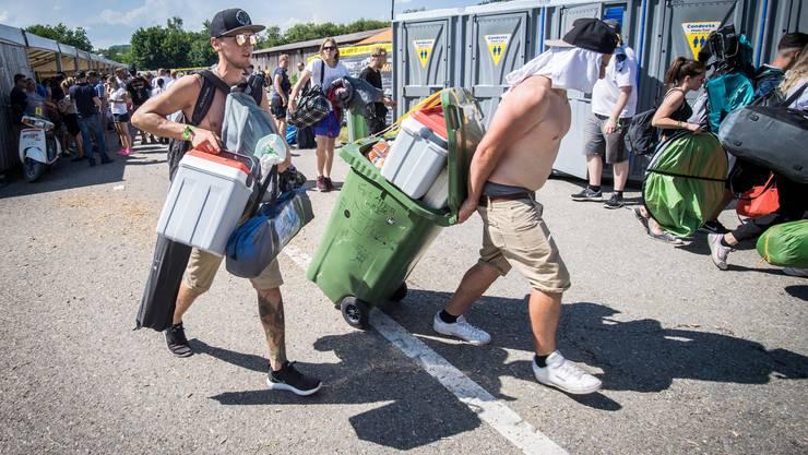 Rollen statt schleppen: Die Grüncontainer aus Plastik sind leicht und schmal, trotzdem passt viel rein. Sie scheinen ausserdem unzerstörbar.