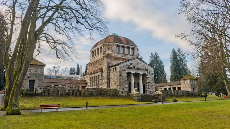 Vor dem Krematorium im Aarauer Friedhof Rosengarten gibt es, wo sich einst Gräber aneinanderreihten, bereits eine stattliche Grünfläche.