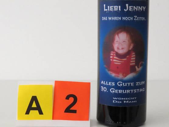 Detailaufnahme einer der Weinflaschen.