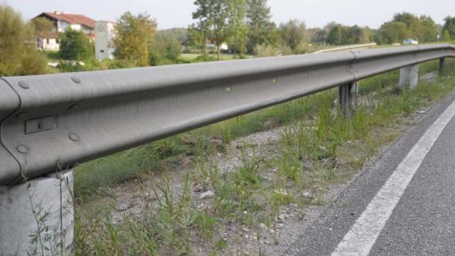 Nach dem Ausweichmanöver landete die 55-jährige Autofahrerin in der Mittelleitplanke. (Symbolbild)