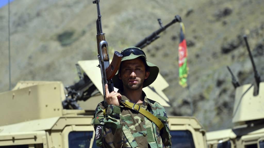 ARCHIV - Ein Milizionär der Miliz von Achmad Massud, dem Sohn von Achmad Shah Massud, steht in der Provinz Pandshir mit einem Gewehr Wache. Massud, Führer der Nationalen Widerstandsfront (NRF), hat zu einem nationalen Aufstand gegen die Taliban aufgerufen. Foto: -/AP/dpa