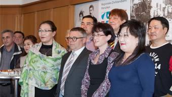 Gemeinderat Jürg Rubin und Vize-Gemeindeschreiberin Maria Huber inmitten der mongolischen Gäste.