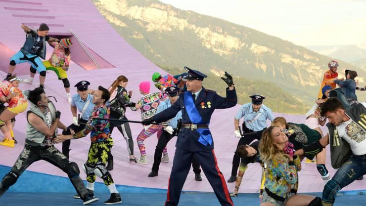 Die Capulets in Neonfarben und die Jeanstypen der Montagues bei einer Gang-Battle (zVg)
