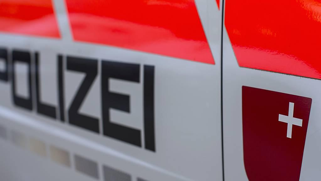 Die Kantonspolizei Schwyz sucht einen Velofahrer, der in Galgenen mit einer Fussgängerin kollidiert ist. (Symbolbild)