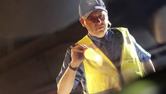 Bei einer Kontrolle finden die Polizisten Sturmhaube und Handschuhe in einem Auto von Verdächtigen. (Symbolbild)