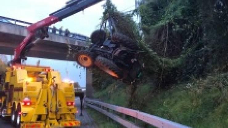 Ein Traktor machte sich in Mühleberg BE selbständig und rollte auf die Autobahn A1 zu. Dort kam es wegen der aufwändigen Bergungsarbeiten zu Stau.