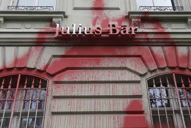 Schmierereien an der Fassaden von Julius Bär