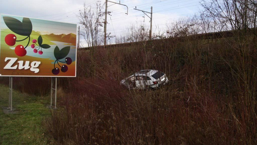 Zehn Meter neben der Fahrbahn kam das Auto eines SMS-lesenden Lenkers nach einem Unfall zwischen Rotkreuz und Küssnacht zum Stillstand.