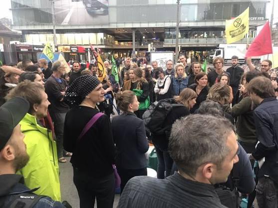 Die Klimaaktivisten versammeln sich beim Bahnhof Bern...