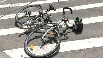 Eine 75-jährige Frau verliert Kontrolle über ihr E-Bike und stürzt. (Symbolbild).