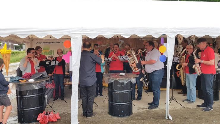 Beschwingte Eröffnung der Pfingst-Chilbi durch die Musikgesellschaft Derendingen. Foto Alena Andres