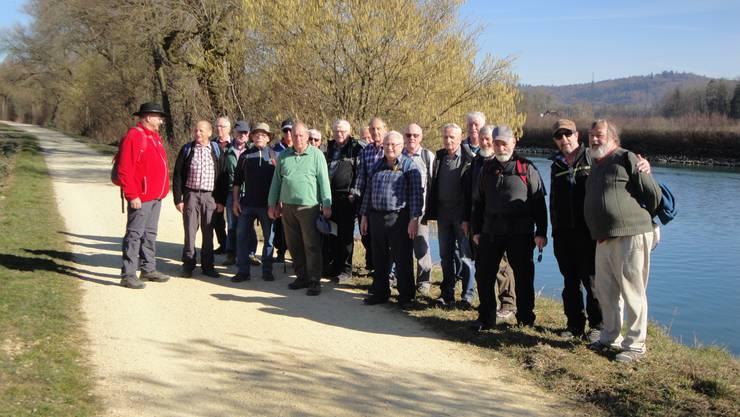 Die Wandergruppe des Männerturnvereins Wangen an dem Nidau-Büren-Kanal