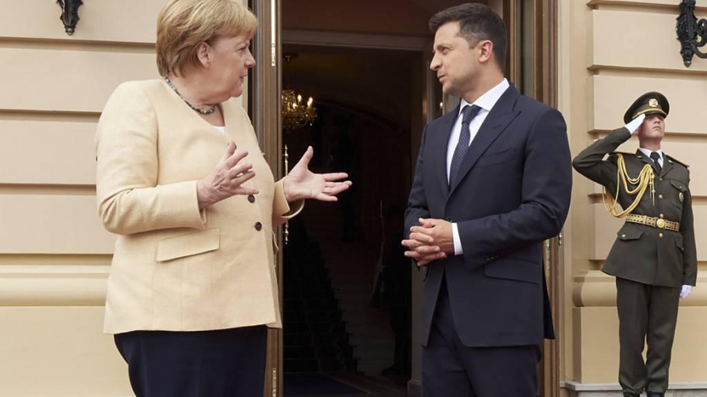Wolodymyr Selenskyj (r), Präsident der Ukraine, und die deutsche Kanzlerin Angela Merkel (CDU) sprechen während ihres Treffens. Foto: -/Ukr. Presidential Press Office/AP/dpa