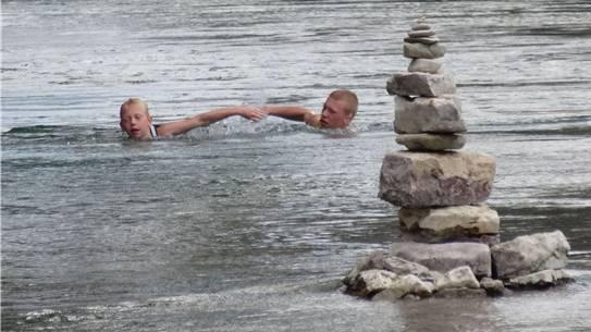Das 3,5 Kilometer lange Zwei-Brücken-Schwimmen findet auf dem Rhein zwischen dem Kraftwerk Bad Säckingen und dem Pontonierhaus Mumpf statt.