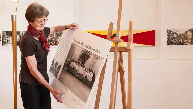 Museumsleiterin Helene Büchler beim Einrichten. psi