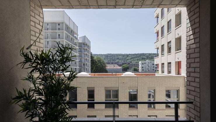 Die beiden grauen Gebäude im Hintergrund werden im September bezogen.