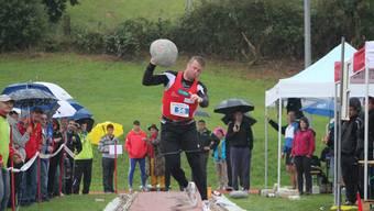 Der Fricktaler Steinstösser Simon Hunziker wuchtet den 40-kg-Stein auf 5.89 m.