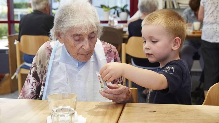 Ideale Vorstellung des Zusammenlebens: nicht nur der Junge bereichert das Leben dieser betagten Frau, auch die Kinder sollen profitieren.