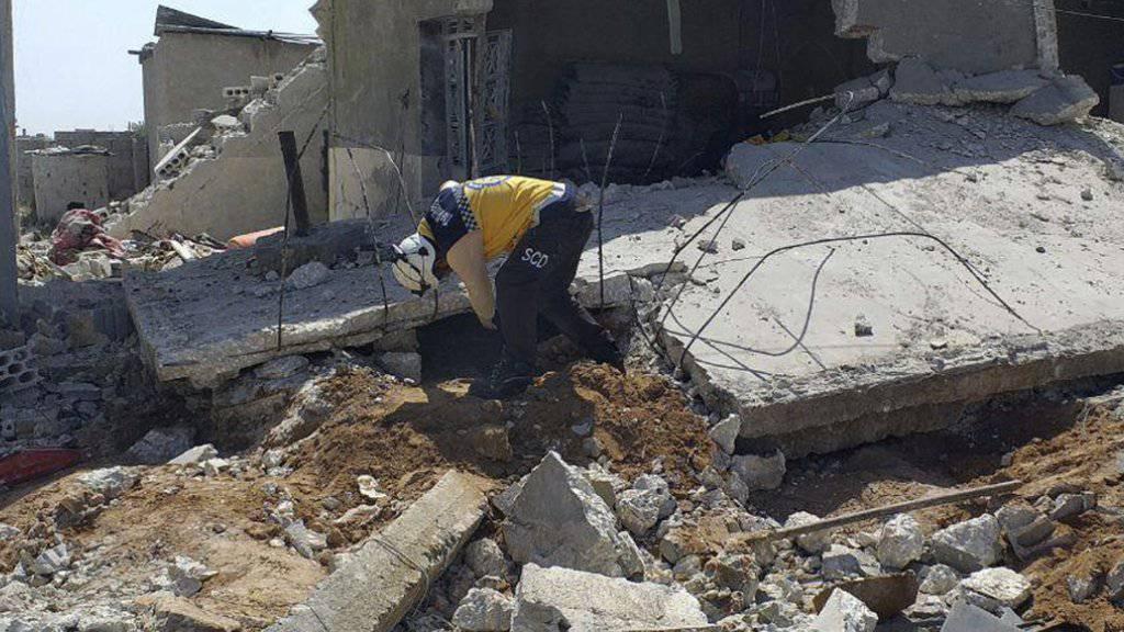 Ein Helfer der Organisation Weisshelme sucht unter den Trümmern eines Hauses nach möglichen Opfern. Das Haus im Dorf Ras al-Ain in der Provinz Idlib wurde durch Luftangriffe von Regierungstruppen zerstört. (Bild vom 7. Mai).