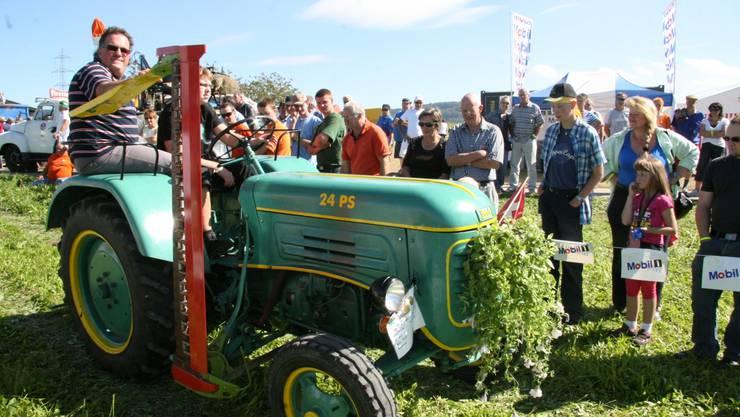 Tausende bestaunen alte Traktoren