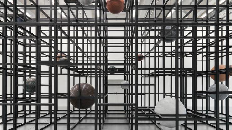 Die begehbare Rasterskulptur «LinienLand» mit den schwebenden, tonnenschweren Steinkugeln von Alicja Kwade.