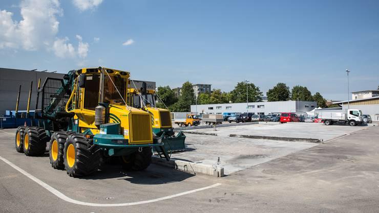 Wo diese Maschinen stehen, befand sich vor dem 7. Juni der Forstwerkhof. Nun soll für den Fuhrpark ein provisorisches Dach gebaut werden.