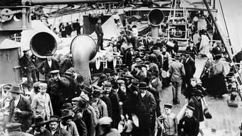 Hans Hunziker war nicht der einzige, der nach Amerika auswanderte. Auf dem Bild das überfüllte Deck eines Auswandererschiffs um 1900.