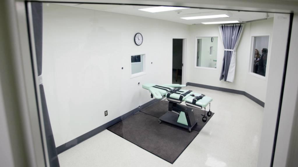 ARCHIV - Blick in die Hinrichtungskammer des San Quentin Gefängnis, in der mit Injektion Urteile vollstreckt werden. Foto: Eric Risberg/AP/dpa