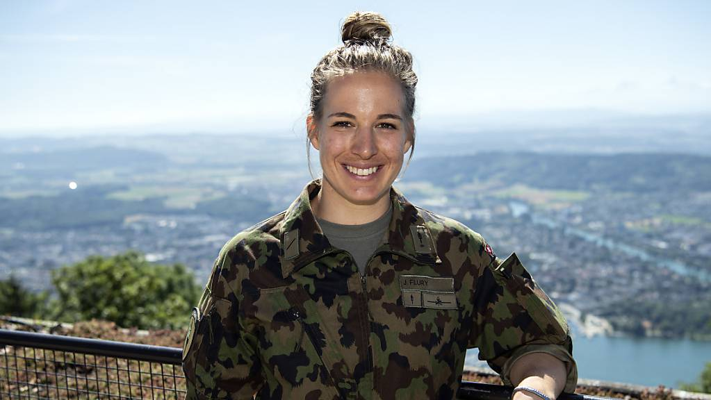 Die Skifahrerin Jasmine Flury posiert beim Medientermin anlässlich der Spitzensport-Rekrutenschule in Magglingen