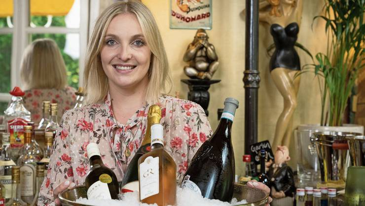 Laura Witschi führt seit Januar ihr Lokal in Unterengstringen. Sie ist zufrieden damit, wie viele Gäste sie im Moment hat. Die Lounge und Bar wurde unter anderem von Laura Witschis Mutter im Art-déco-Stil dekoriert.