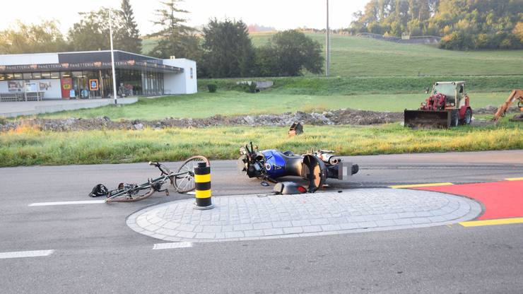 Die beiden Motorrad- und Velofahrer verletzten sich.