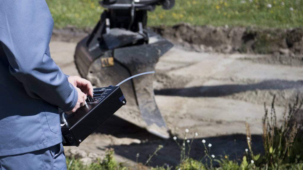 Lonza-Mitarbeiter bei Quecksilber-Messungen: Auch der Grossgrundkanal wurde kontaminiert. (Archivbild)