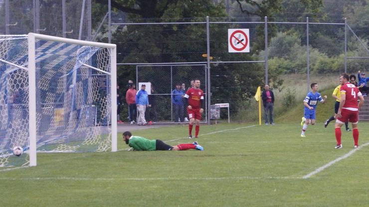 Oetwils Pereira (rechts, hinten) freut sich über das frühe 1:0.