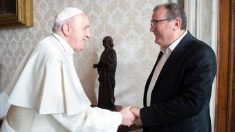 Massimo Santucci trifft Papst Franziskus in Rom.