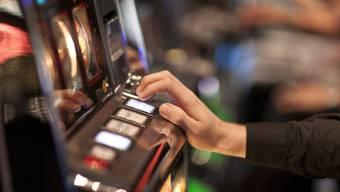 Die beiden Männer mit Spielschulden hatten nichts zu lachen: Die Betreiber der illegalen Wettspielautomaten wollten das Geld mit unzimperlichen Mitteln eintreiben (Symbolbild).