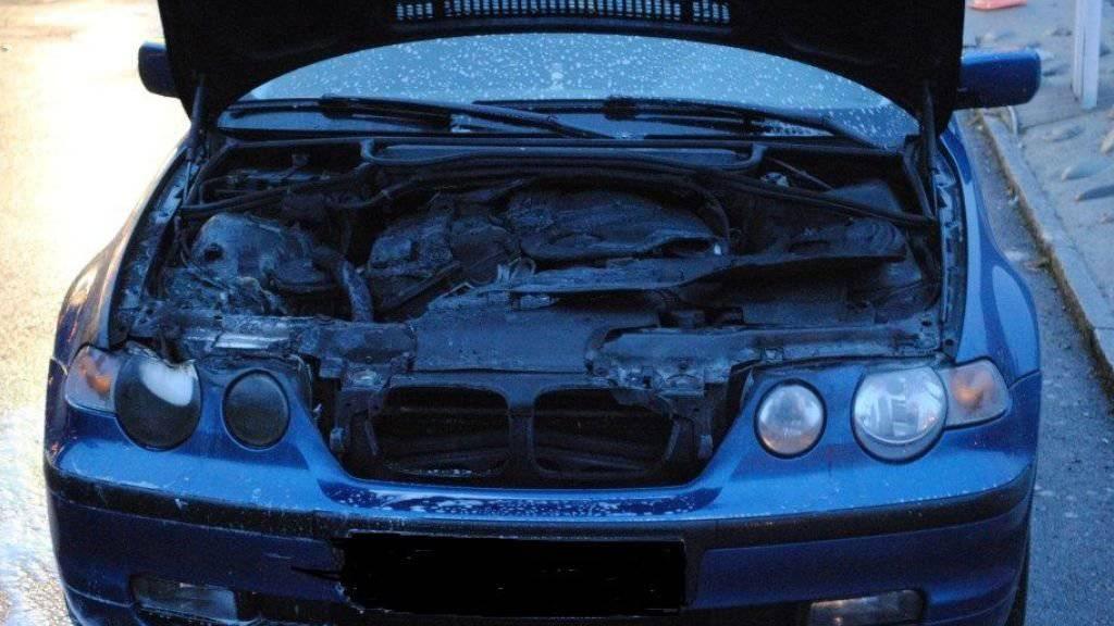 Der Motorraum des Autos brannte an einer Tankstelle komplett aus. Glücklicherweise reagierte der junge Autofahrer besonnen. (Bild: KaPo Schaffhausen)