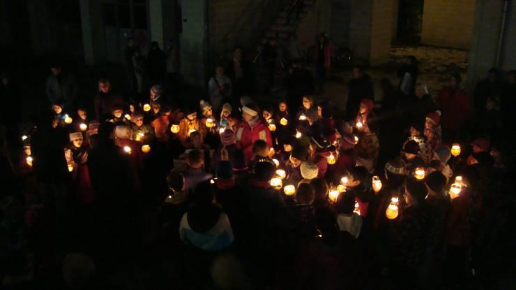 Leuchtende Gesichter und leuchtende Räben erstrahlten bereits auf dem Schulhausplatz