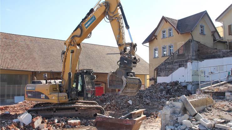 Seit August sind die Bagger auf dem ehemaligen Schlör-Areal an der Arbeit. Bis Ende Winter sollen alle unbenutzten Gebäude der Mosterei abgebrochen sein. Rahel Plüss