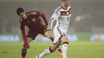 Spaniens Isco Alarcon (links) hat gegen Toni Kroos das Nachsehen