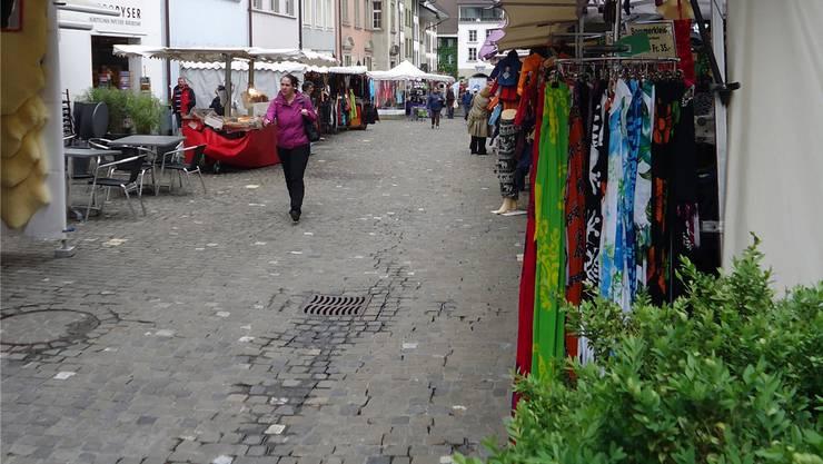 Lücken bei den Marktständen und eine gut überblickbare Kundenmenge prägten den Lenzburger Maimarkt in der Rathausgasse.