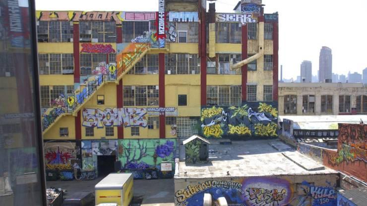 """Die Graffiti von """"5Pointz"""" in einer Industrieanlage im New Yorker Stadtteil Long Island City wurden inzwischen übertüncht. Eine Geschworenen-Jury gelangte zu dem Schluss, dass ein Investor mit der Zerstörung von Graffiti-Kunst gegen das Gesetz verstossen habe. (Archivbild)"""