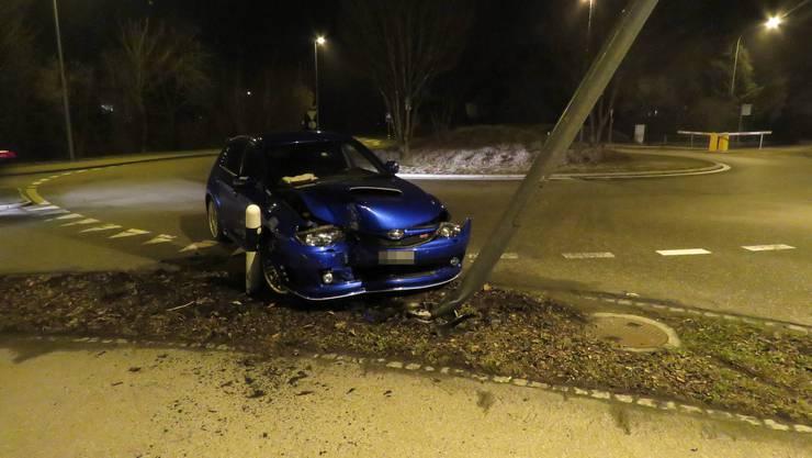Kurz nach Mitternacht prallte ein Autofahrer in eine Strassenlampe.
