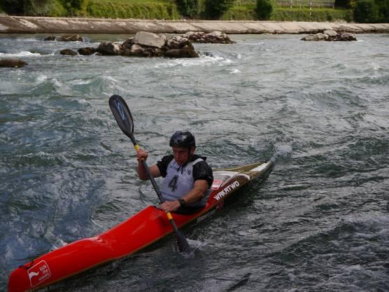 Fokussiert padelt hier ein Kanute die Limmat hinunter
