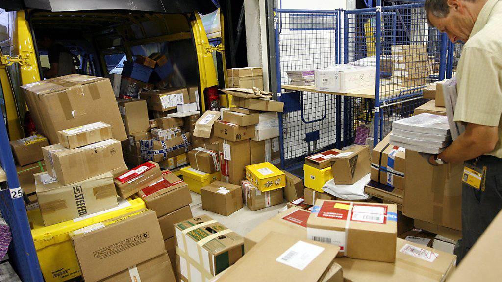 Während der Coronakrise lief der Onlinehandel in der Schweiz auf Hochtouren. Das hat auch den Paketverteilzentren viel Arbeit beschert.(Archivbild)