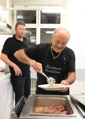 Ein prüfender Blick wirft der Küchenchef Othmar Gut in der Küche dem Pasquale Iuliano zu.