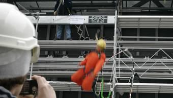 Die Hochschule Luzern und die SUVA testet mit Dummies, was passiert, wenn Bauarbeiter von gerüsten fallen.