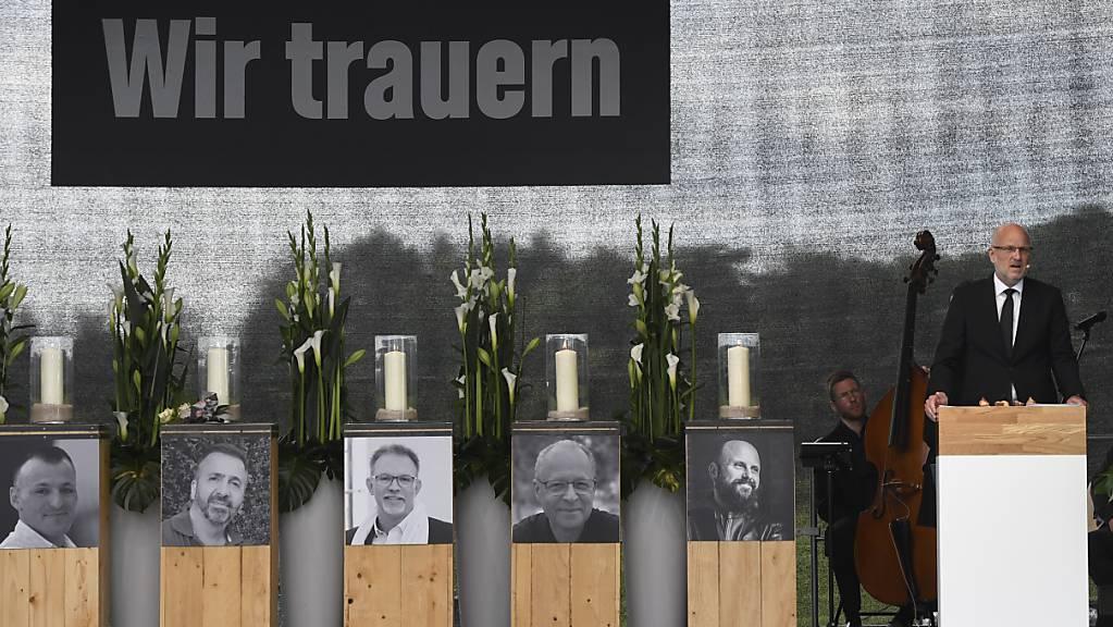 Frank Hyldmar, Vorstandsvorsitzender von Currenta, nimmt bei einer Trauerfeier für die Todesopfer bei der Explosion der Sondermüllverbrennungsanlage im Bayer Chempark Ende Juli, Abschied. Bei der Explosion kamen sieben Menschen ums Leben. Foto: Roberto Pfeil/dpa