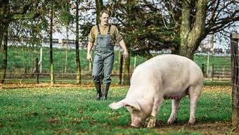 Er hält noch Schweine: Alexander Räss auf seinem Hof in Muhen.
